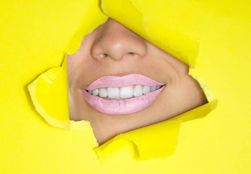 Gebruik teeth whitening strips voor wittere tanden
