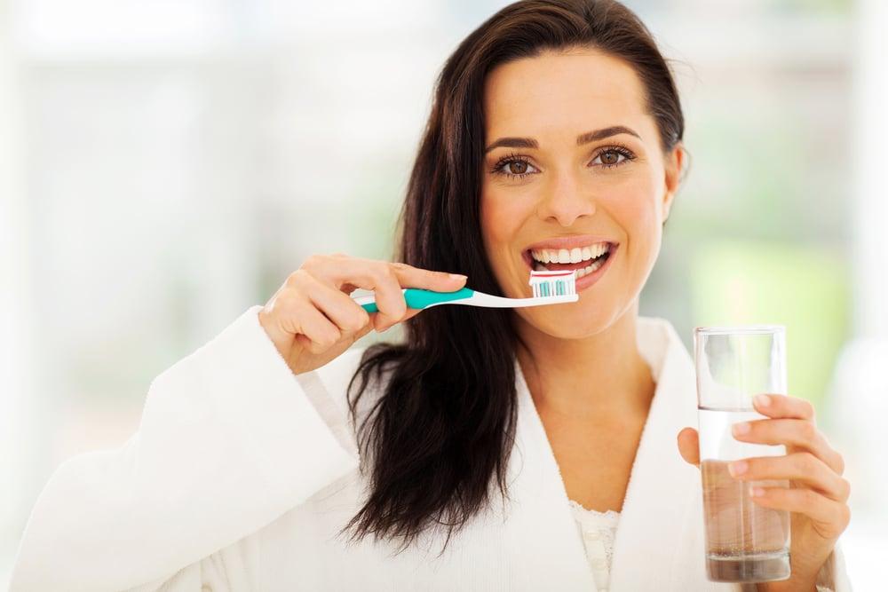 tanden poetsen met of zonder water