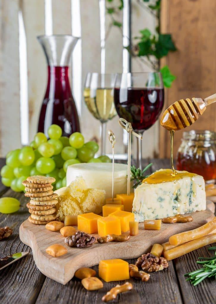 Kaas eten tijdens het drinken van rode wijn is beter voor je tanden