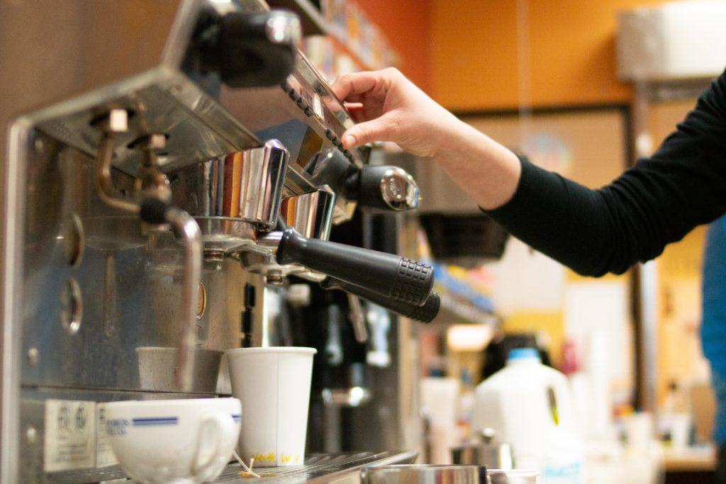 Om witte tanden te behouden even geen koffie en thee drinken