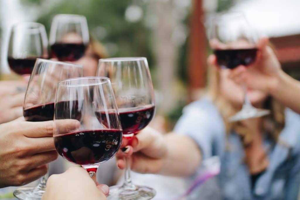 Vermijd overmatig drinken van (rode) wijn voor wittere tanden