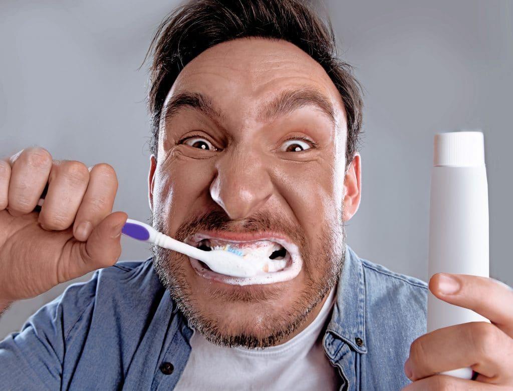 Niet te hard schrobben tijdens het poetsen van je tanden