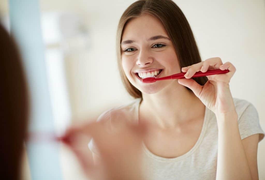 Hoe lang je je tanden minimaal moet poetsen